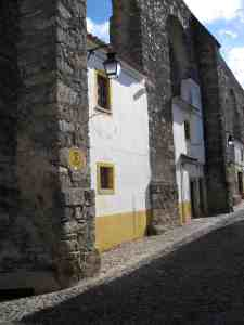 Evora houses use aquaduct for walls